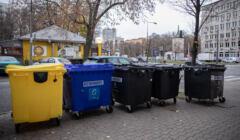 Przepełnione kolorowe pojemniki na śmieci