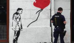 Szablon na ścianie z wizerunkiem Jarosława Kaczyńskiego