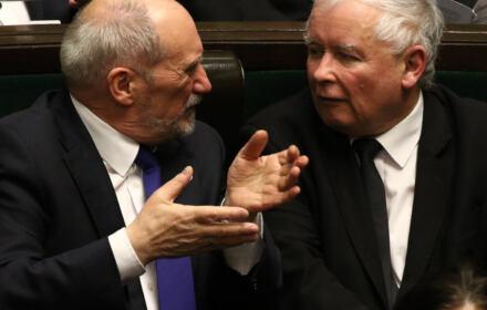 Antoni Macierewicz i Jarosław Kaczynski w Sejmie