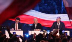 Zbigniew Ziobro, Jarosław Kaczyński i Jarosław Gowin podpisują umowę przed wyborami. Czy ta historia się powtórzy?