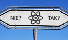 Atom czy OZE, na zdjęciu drogowskaz ze znakiem atomu i strzałkami tak, nie