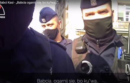 """Policjant z maską na twarzy mówi """"Babcia, ogarnij, się ,bo, kurwa"""""""