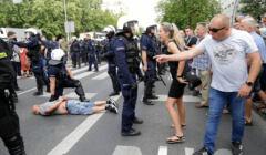 Młoda dziewczyna rozpaczliwie krzyczy na policjanta