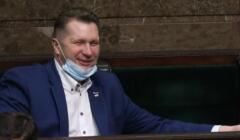 Przemysław Czarnek w ławach rządowych z maseczką zsuniętą na brodę