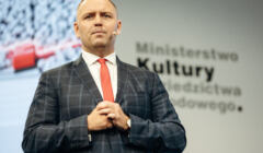 Karol Nawrocki na scenie, na tle baneru z logo Ministerstwa Kultury