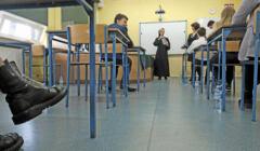 Zakonnica w habicie prowadzi lekcję w klasie