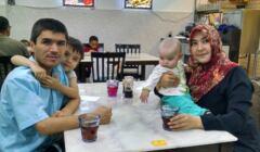 Ujgur Mamutian z żoną i dziećmi