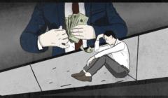 Na pierwszym planie przygnębiony mężczyzna siedzący na chodniku, na drugim mężczyzna w garniturze chowa zwitek dolarów do kieszeni marynarki