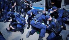 Babcia Kasia powalona przez policję