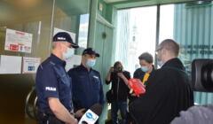 Policja blokuje wejście na salę rozpraw Izby Dyscyplinarnej adwokatom. Z kodeksem karnym w ręku stoi mec. Michał Gajdus, obok niego mec. Maria Sankowska - Borman