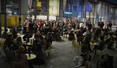 Tłum ludzi przy stolikach bez maseczek