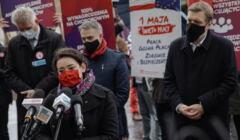 Konferencja prasowa Nowej Lewicy i Razem pod pomnikiem Daszynskiego w Warszawie