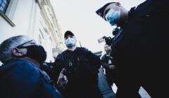 Babcia Kasia w otoczeniu policjantów