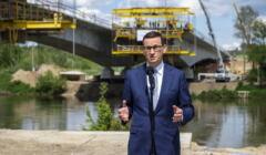Premier Mateusz Morawiecki na budowie mostu nad rzeka San w ciagu budowanej drogi ekspresowej S19