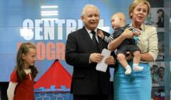 Prezes PiS Jarosław Kaczyński i poseł Jadwiga Wiśniewska (trzyma niemowlaka na rękach) podczas konferencji prasowej