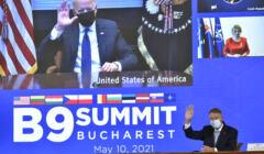 Prezydent Biden na wielkim ekranie przemawia online do uczestników szczytu B9 w Bukareszcie