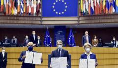 Szefowie Komisji, Parlamentu u prezydencji stoją z deklaracjami o otwarciu konferencji o przyszłości UE