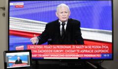 Jarosław Kaczyński na ekranie telewizora, transmisja z prezentacji Polskiego Ładu