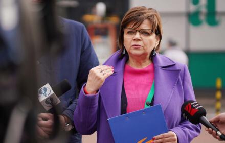 Izabela Leszczyna przemawia podczas konferencji prasowej w Częstochowie