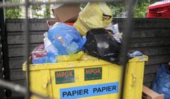 przepełniony pojemnik na śmieci