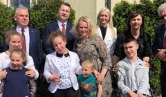 minister Czarnek z dziećmi w Łukowie