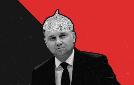 Fotomontaż Andrzej Duda z foliową czapeczką na głowie