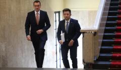 Afera mailowa, Michał Dworczyk i Mateusz Morawiecki wchodza po schodach w budynku Kancelarii Premiera