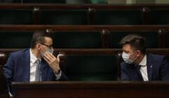 Premier Morawiecki i minister Dworczayk rozmawiają w ławach rządowych w Sejmie