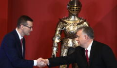Mateusz Morawiecki i Viktor Orban podają sobie ręce
