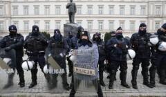 Policja pod pomnikiem Lecha Kaczyńskiego