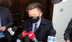 Michał Dworczyk rozmawia z dziennikarzami