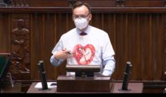 Mikołaj Pawlak w koszulce z wizerunkiem płodu - na mównicy sejmowej