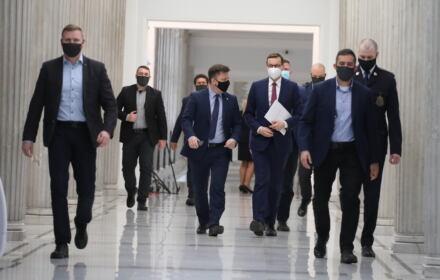 Dworczyk i Morawiecki na korytarzu sejmowym. Czy było jedno źródło wszystkich wycieków rządowych dokumentów
