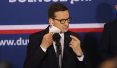 Premier Mateusz Morawiecki zdejmuje maseczkę