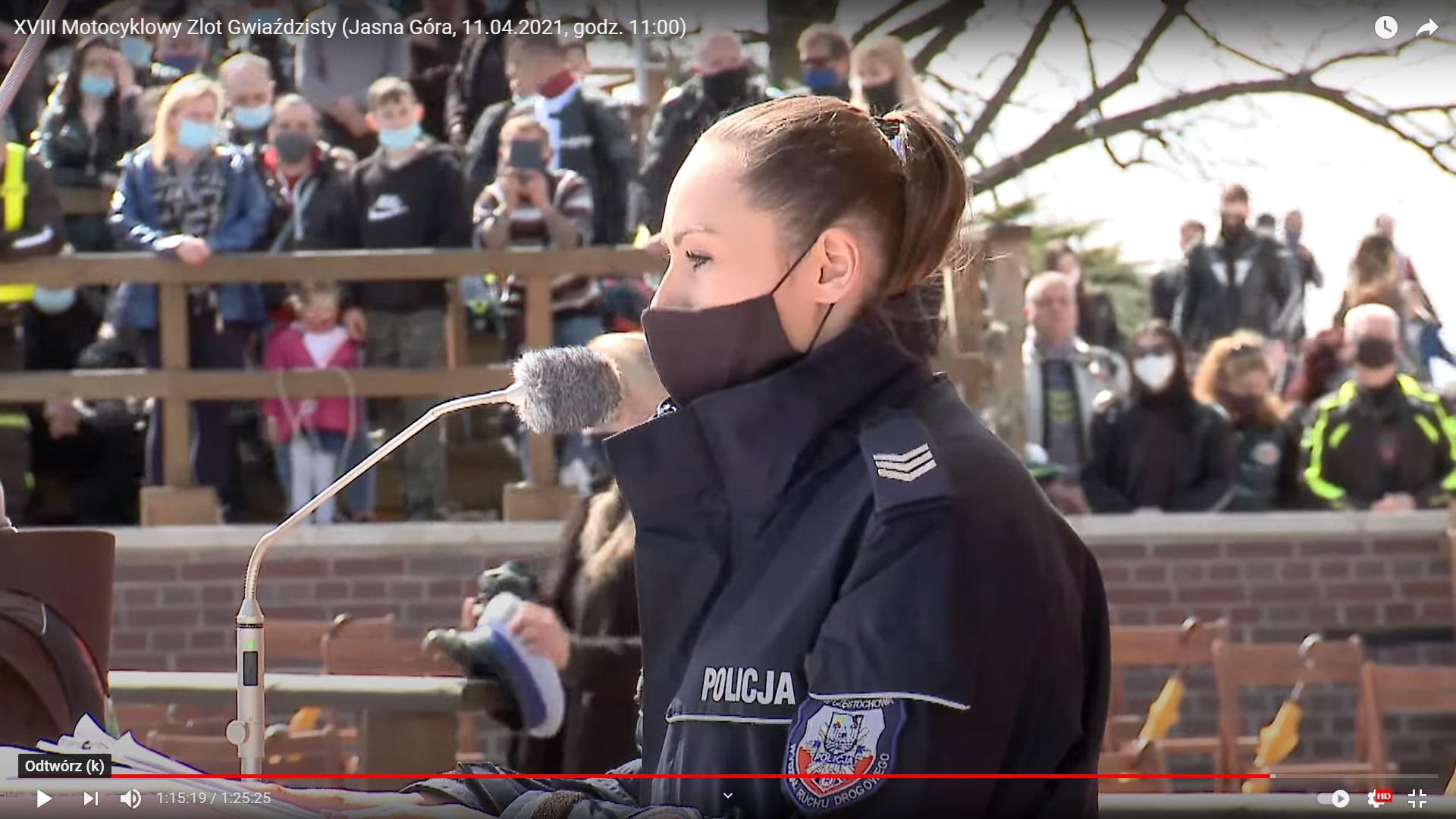 Policjantka przemawia na motocyklowym zlocie gwiaździstym na Jasnej Górze