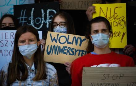 Studenci Uniwersytetu Pedagogicznego z banerem Wolny Uniwersytet