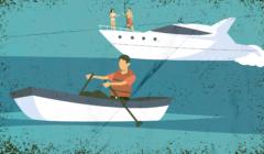 Na pierwszym planie osoba w łódce, z wiosłami, na drugim planie ludzie na luksusowym jachcie