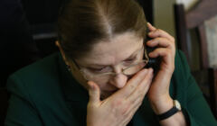 Krystyna Pawłowicz rozmawia przez telefon