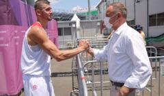 Andrzej Duda przybija piątkę ze sportowcem