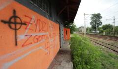 Antysemicki napisa na rampie koleowej w Falenicy