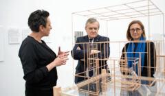 Piotr Gliński ogląda instalację artystyczną