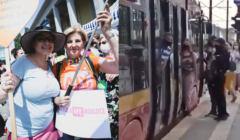 Uczestniczki Marszu Równości w Łodzi (po lewej), homofobi którzy śledzili os. uczestniczące w wydarzeniu (po prawej)