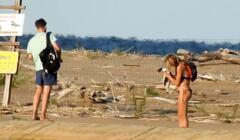 Mężczyzna i kobieta wtragneli do rezerwatu Mewia Łacha. Kobieta trzyma w rękach kaczkę ohar