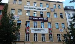 Budynek w Niemczech obwieszony transparentami