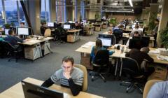 Pracownicy biurowi w open space