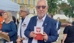 Jerzy Stępień z egzemplarzem konstytucji w ręku