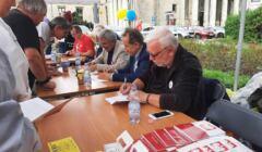 Sędziowie rozdają autografy