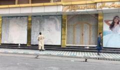 Kabul. Mężczyzna zamalowuje witryny salonów piękności w obawie przed talibami. 15.08.21