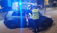 Samochód Laure i jej chłopaka, obok policjanci