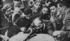 Najmłodsi żołnierze powstania warszawskiego podczas nauki strzelania